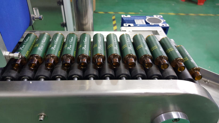 How does the automatic round bottle labeling machine work?
